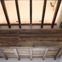 Die Galerie mit einer 1,26 m hohen Balustrade hat eine Länge von 6 m und besteht aus abgebundenen originalen Altholzbalken.