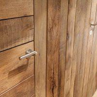Die Türen wurden passend zur Dielung aus Altholz gefertigt.
