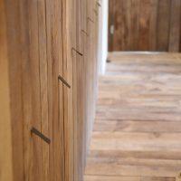 Die Möbelfronten wurden ebenfalls passend zu Dielung und Türen aus Altholz gefertigt.