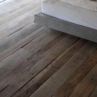 Der Dielenboden aus Altholz wirkt durch seine leichten Unebenheiten sehr lebendig.