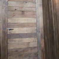 Türblatt und Wandverkleidung wurden aus Altholz gefertigt.