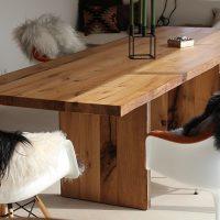 Der Esstisch aus Altholz mit einer Länge von 280 cm ist in unserer Tischlerei entstanden.