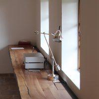 Die Arbeitsplatte aus Altholz mit einer Länge von 7 m ist in unserer Tischlerei entstanden.
