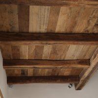 Galerie aus Altholz von unten betrachtet