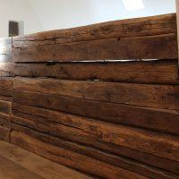Die Balustrade der Galerie besteht aus historischen Eichenbohlen.