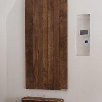 Trittstufen und Türblatt sind aus altem Eichenholz