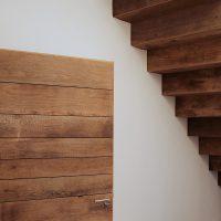 Die Treppe im Innenbereich ist ebenfalls aus Eichenaltholz.