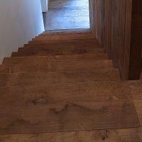 Sowohl der Bodenbelag als auch die Trittstufen der Treppe wurden aus Altholz gefertigt.