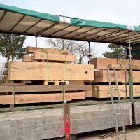Transportsicherung für die gesägten Eichenbalken aus Altholz