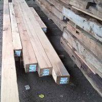 Das Altholz wartet auf die weitere Verarbeitung.