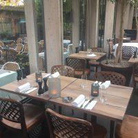 Bistrottische aus altem Eichenholz für den Außenbereich des Restaurants