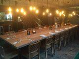 Großer Esstisch aus deutscher Alteiche in einen Restaurant