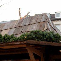 Dacheindeckung mit heruntergehobelten Außenseiten von Eichenbalken