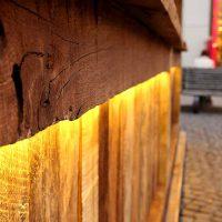 Thekenfront aus Altholz des Marktstandes mit Beleuchtung