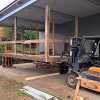 Fachwerkkonstruktion aus Altholz für den Marktstand