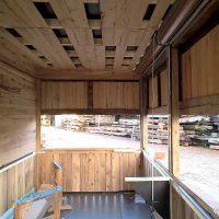 Um das Gewicht des Marktstandes gering zu halten, wurden nur für das Fachwerk massive Holzbalken aus Altholz verwendet. Die Verkleidungen wurden aus Schnittholz gefertigt.