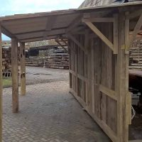 Altholz wird sowohl für die tragenden Balken wie auch für die Verkleidung der Seitenwände verwendet.