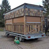 Der ganze Stand aus Altholz ist auf einem 3,5-t-Anhänger transportierbar.