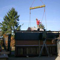 Der Marktstand aus Altholz befindet sich noch in der Bauphase.