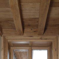 Holzbalkendecke und Unterschalung wurden aus Altholz gefertigt.