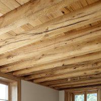 Balken und Unterschalung sind aus Altholz.