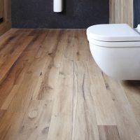 Dielenboden aus aufgesägtem altem Eichenholz im WC
