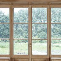 Blick durch das große Fensterelement aus historischem Eichenholz