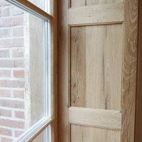 Die Laibung der Fenster wurde aus Altholz gefertigt.