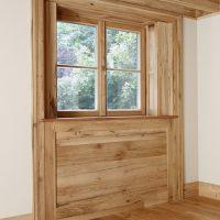 Der Dielenboden, die Balkendecke und das komplette Fensterelement wurden aus Altholz gefertigt.