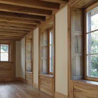 Bei den Fensterelementen wurden auch Laibung und Fensterbretter aus Altholz gefertigt.