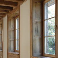 Laibung und Fensterbänke sind aus Altholz gefertigt.