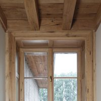 Holzbalkendecke und Unterschalung wurden aus Altholz gefertigt, ebenso die Fensterfriese.