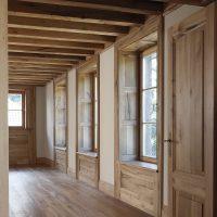 Das Haus wurde im Innenbereich komplett mit Altholz ausgebaut.