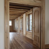Altes Eichenholz findet sich in den Böden, den Fensterelementen, den Zimmertüren und in der Holzbalkendecke wieder.