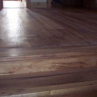 Treppenstufen und Dielenbretter wurden aus Altholz gefertigt.