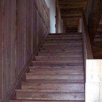 Die Treppenstufen wurden aus Altholz gefertigt.