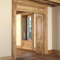 Das gesamte Türelement mit Türzargen und Türblättern besteht aus Altholz.