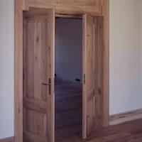 Manche Wohnräume haben Flügeltüren aus Altholz.