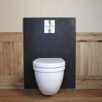 Die Wände der Toilette wurden mit Altholz vertäfelt.