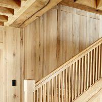 Die Holzvertäfelung der Wand wurde aus Altholz gefertigt.