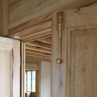 Flügeltüre aus Altholz mit Türriegel