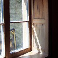 Laibung und Fensterbrett wurden aus Altholz gefertigt.