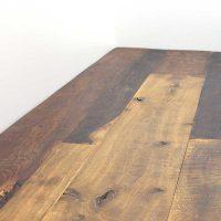 Diese Dielung hat eine original alt erhaltene Oberfläche, die Unterseiten sind gehobelt und abgerichtet, neu besäumt und allseitig mit Nut- und Feder versehen. Die Dielen lassen sich versetzt stoßen. Hier haben wir eine starken Kontrast von hellem und dunklem Eichenholz.