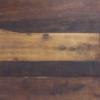 Diese Dielung hat eine original alt erhaltene Oberfläche, die Unterseiten sind gehobelt und abgerichtet, neu besäumt und allseitig mit Nut- und Feder versehen. Die Dielen lassen sich versetzt stoßen. Hier haben wir eine starken Kontrast von hellem und dunklem Eichenholz. Die Dielen wurden außerdem in unterschiedlichen Breiten verlegt.