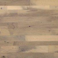 Die Bandbreite der Farbtöne ist bei dieser Art der Dielung aus altem Eichenholz relativ groß, eine Einschränkung auf einen Teil der vorkommenden Farben aber nach Absprache möglich. Das vorliegende Muster zeigt beispielsweise eine feine Sortierung mittlerer Farbe, die eine große Ruhe und gleichmäßige Gewachsenheit austrahlt.