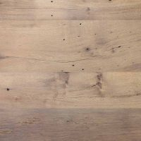 Das vorliegende Muster einer Dielung aus altem Eichenholz zeigt eine Sortierung in einem mittleren Farbton, die im Ergebnis eine große Ruhe und gleichmäßige Gewachsenheit austrahlt. Wir stellen für Sie natürlich auch einheitlich hellere, einheitlich dunklere oder deutlich gemischte Farbspektren zusammen.