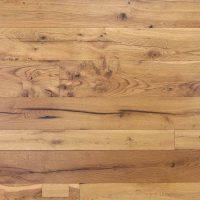 Unsere Holzböden aus alten Eichenholzbalken sind keine klassischen Dielenböden im eigentlichen Sinne mehr. Wir sehen sie vielmehr als eigenständige Art des Bodenbelags.