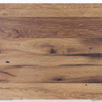 Die verleimte Massivholzplatte aus aufgesägtem alten Eichenholz kommt aus unserer Tischlerei und wurde geölt und gebürstet.