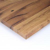 Diese Leimholzplatte aus historischem Eichenholz wurde in unserer Tischlerei klassisch geölt und gebürstet. Sie wurde nicht verspachtelt.