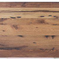 Diese Leimholzplatte aus historischem Eichenholz wurde in unserer Tischlerei klassisch geölt und gebürstet und schließlich gespachtelt.